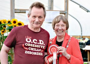 Alasdair Forsyth receives his rosette from Provost Christine Simpson - check out the t-shirt!